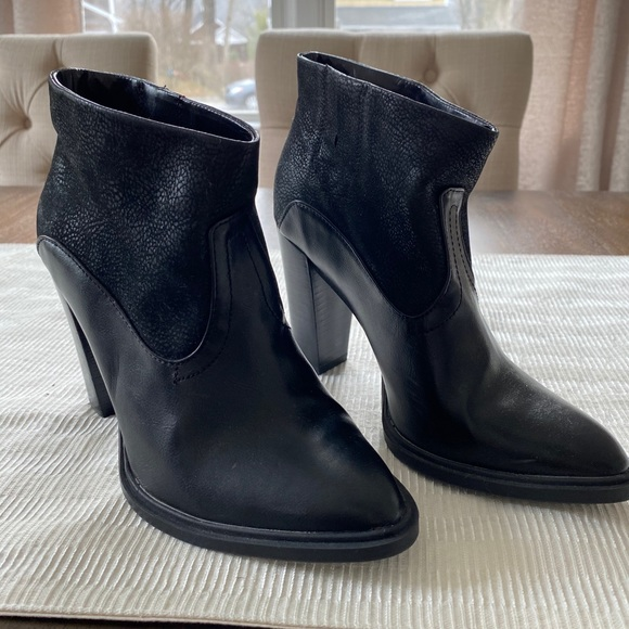 Women's Crown Vintage Ankle Boots. LIKE NEW!